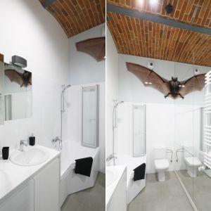 Ta łazienka ma bardzo oryginalną dekorację w postaci naklejki z... połową nietoperza. Dzięki umieszczeniu jej bezpośrednio przy lustrze, widzimy jednak całe zwierzę. Proj. Nowa Papiernia. Fot. Bartosz Jarosz