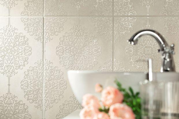 Elegancka łazienka: płytki ceramiczne z koronkowym dekorem