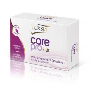 Luksja Care Pro Silk to pielęgnacyjne mydło w kostce wzbogacone  o składniki kremu. Dzięki obecności protein jedwabiu, pielęgnuje i dba  o skórę, pozostawiając ją delikatną i miękką w dotyku. Przyjemna kremowa piana zapewnia komfort użycia podczas kąpieli. Produkt przeznaczony jest do mycia ciała, dłoni i twarzy.