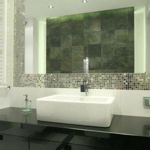 Srebrna mozaika i jednolite szare płytki tworzą dwa efektowne pasy w strefie umywalki. Proj. Agnieszka Lorenz. Fot. Bartosz Jarosz