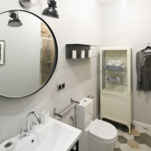 Ściana w strefie umywalki w tej łazience w stylu loft wykończona została pomalowaną na szaro płytą OSB. Proj. Katarzyna Moraczewska, Barbara Przasnyska. Fot. Bartosz Jarosz
