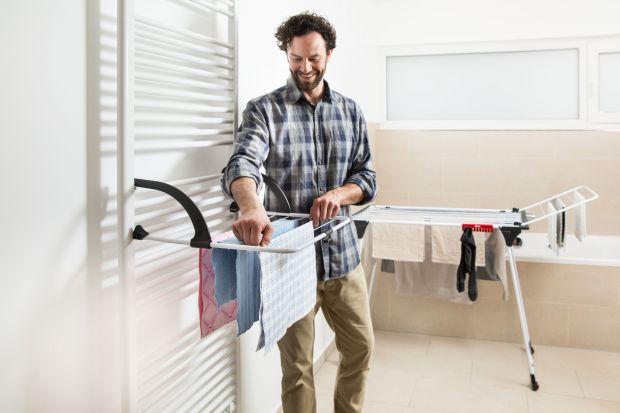 Jesienna pogoda zmusza do suszenia prania w domu. Praktyczne suszarki pomogą nam się z nim uporać nawet w najmniejszej łazience.