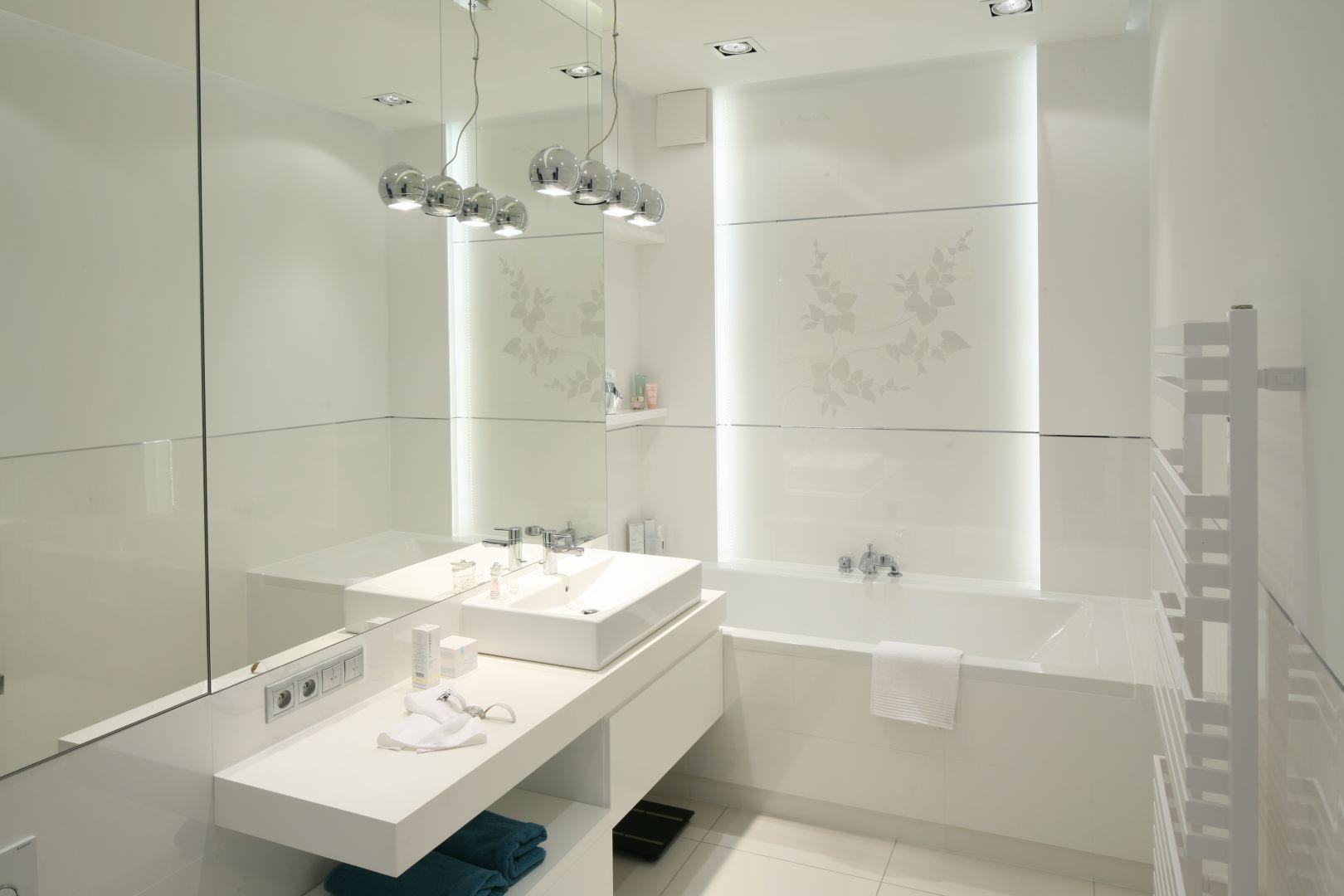 Łazienka urządzona całkowicie w bieli, z taśmami led podświetlającymi wnękę. Proj. Anna Maria Sokołowska. Fot. Bartosz Jarosz
