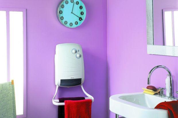 Mały grzejnik elektryczny wyposażony w wentylator to świetny sposób na szybkie podniesienie temperatury w łazience i intensywne wysuszenie ręczników i bielizny.
