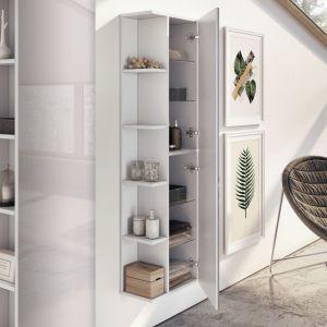 Słupki z serii mebli łazienkowych Inge marki Elita mają nie tylko liczne półki za frontem meblowym, ale również otwarte półki na węższej ściance mebla. Fot. Elita