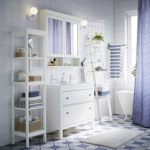 Propozycja w skandynawskim stylu od marki IKEA - regały z otwartymi półkami zapewniają swobodny dostęp do podręcznych akcesoriów, oferują komfort w prawdziwie pragmatycznym, skandynawskim stylu. Fot. IKEA