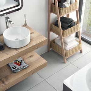 Koncepcja aranżacji łazienki w stylu skandynawskim z umywalką Ovia marki Excellent przedstawia grube drewniany blaty funkcjonujące jako otwarte półki i regał z koszykami na łazienkowe akcesoria. Fot. Excellent