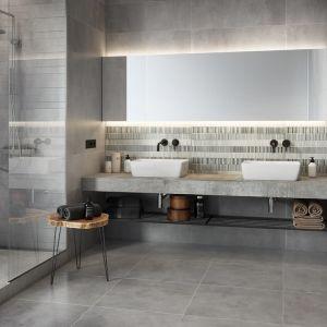 Aranżacja łazienki w stylu loft z płytkami jak beton z kolekcji Concrete Stripes marki Opoczno. Fot. Opoczno