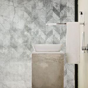 Łazienka z tapetą z kolekcji Treccia. Fot. Instabilelab