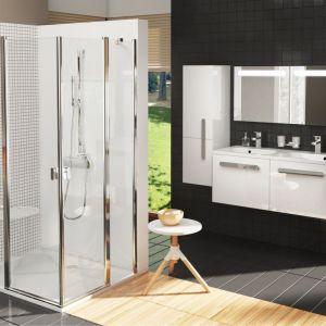 Natynkowa bateria prysznicowa CR 032.00 z konceptu Chrome zamontowana razem z długim drążkiem prysznicowym, na którym można zawiesić rączkę prysznicową. Fot. Ravak