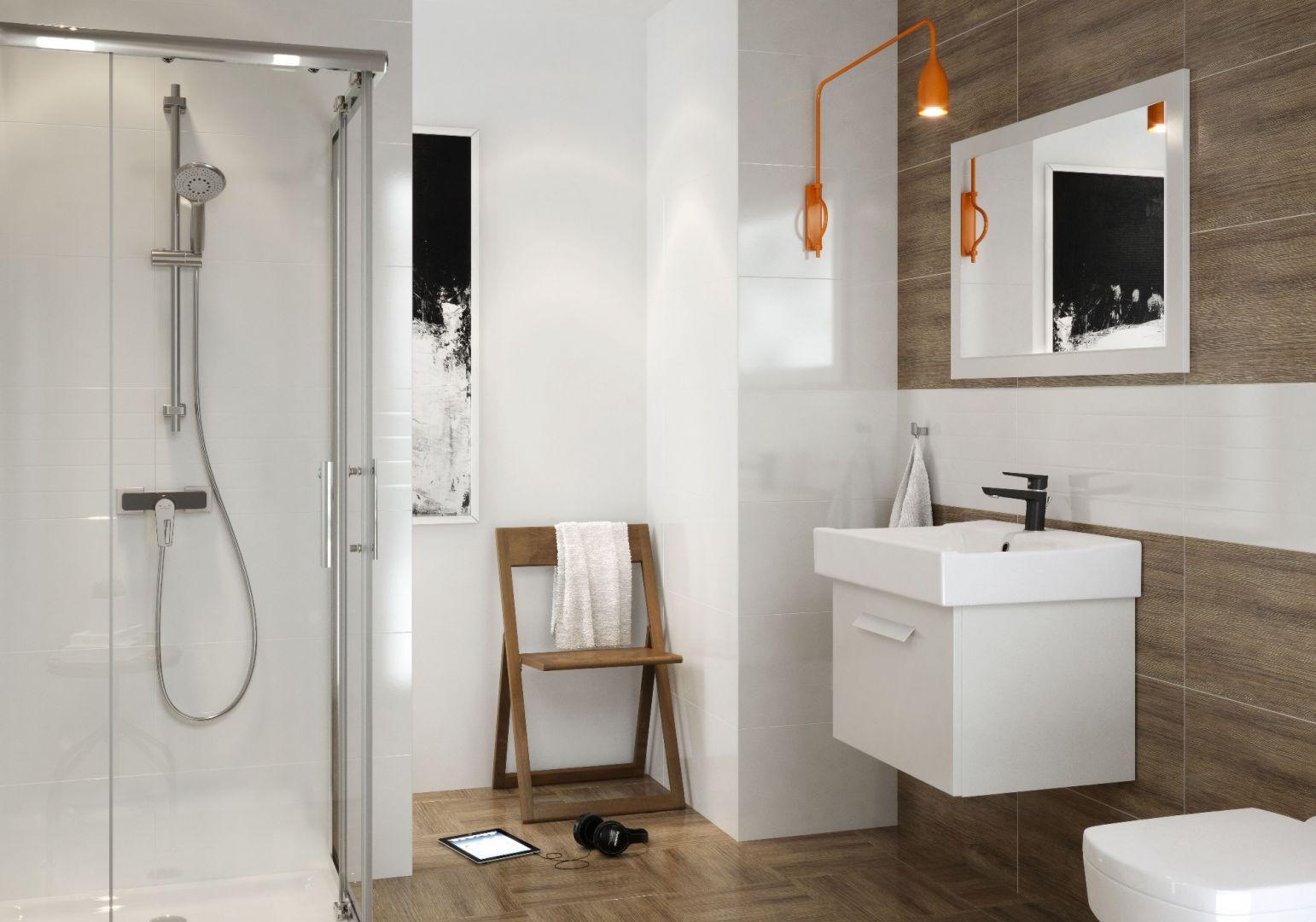 Natynkowa bateria prysznicowa z serii Mille Black marki Cersanit. Towarzyszy jej drążek prysznicowy. Fot. Cersanit