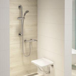 Zestaw natryskowy Vital marki Deante ma solidny drążek prysznicowy, który może pełnić również funkcję uchwytu dla osób niepełnosprawnych. Komfort podnosi również nakładka na rączce prysznica, która zapobiega ślizganiu się rąk. Fot. Deante