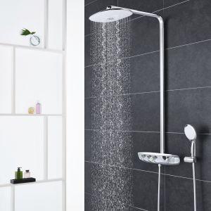 Natynkowy zestaw prysznicowy z serii SmartControl marki Grohe ze zintegrowaną deszczownią i intuicyjnymi przyciskami sterującymi. Fot. Grohe