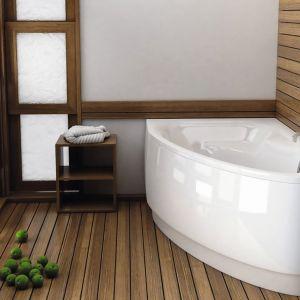 Narożna, asymetryczna wanna Helos comfort firmy Aquaform ustawiana prawo- lub lewobocznie; z wygodnym siedziskiem; wym. 150x100 cm. Cena: 503,07 zł