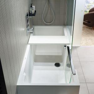 Shower+Bath firmy Duravit to połączenie prysznica typu walk-in z wanną, zintegrowane drzwi szklane transformują wannę w dostępny otwarty prysznic; otwarte do wewnątrz wanny, znikają pod wodoodpornym oparciem i pozostają niewidoczne; z materiału DuraSolid A. Cena: ok 27.355 zł