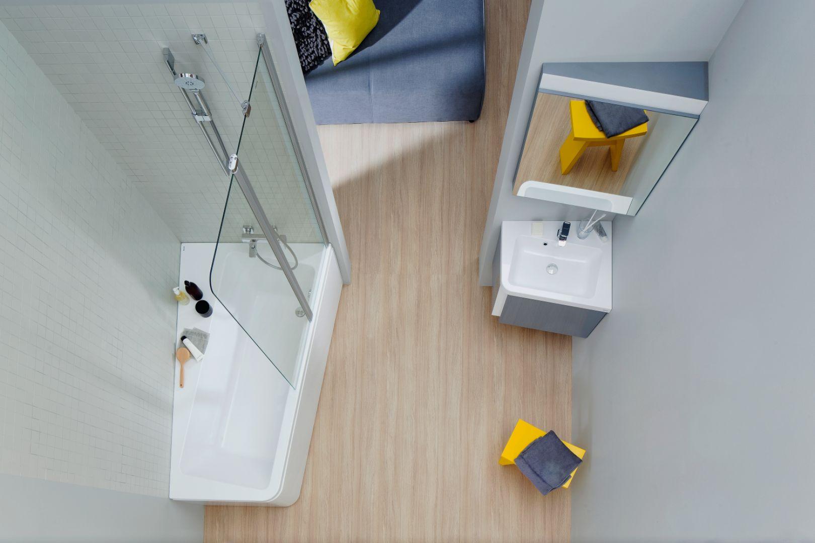 Wanna z konceptu 10º firmy Ravak asymetryczna, akrylowa z klasycznym kształtem wnętrza; z parawanem prysznicowym.  Cena: od 1.845 zł