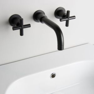 Ścienna bateria umywalkowa podtynkowa z eleganckimi kurkami i subtelną wylewką Black Ibiza firmy Bagnodesign London dostępnej w ofercie Intuition Bathrooms. Fot. Bagnodesign London