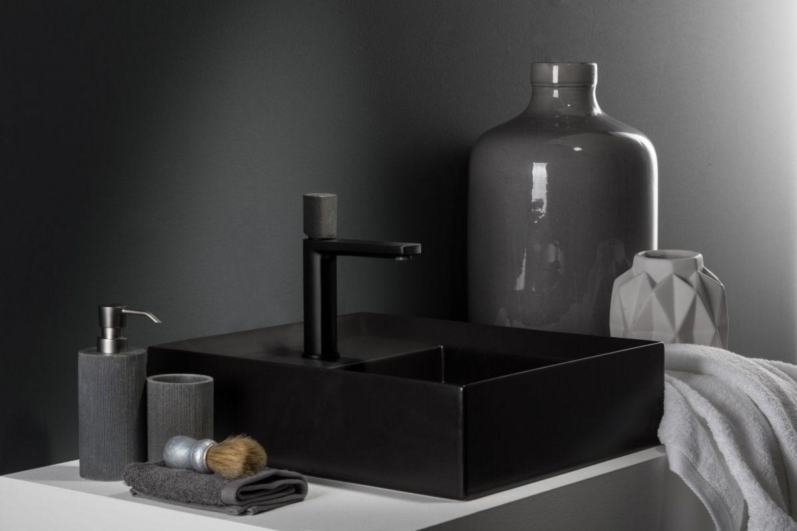 Bateria umywalkowa Concrete Black z serii Haptic marki Ritmonio ma nie tylko efektowne czarne wykończenie ale i oryginalny uchwyt z żywicy cementowej. Fot. Ritmonio