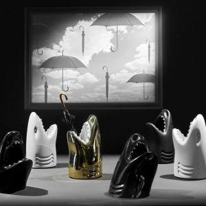 Niezwykły designerski mebel projektu Studio Job, Killer ma formę rekina z rozwartą paszczą. W paszczy docelowo mają znaleźć się parasole, ale nam taki rekin spodobałby się również na czas Halloween w łazience. Nabyć możecie go w sklepie LePukka. Fot. Studio Job