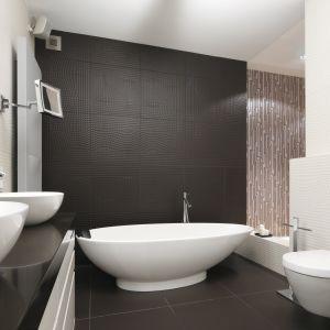 Ścianę nad wanną w tej nowoczesnej łazience zdobią płytki 3D w matowym wykończeniu. Proj. Justyna Smolec. Fot. Bartosz Jarosz