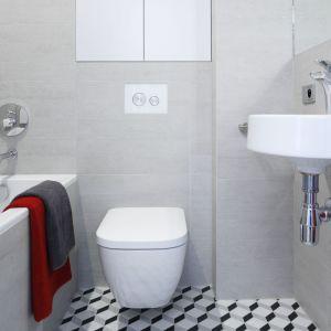 W niewielkiej łazience zestawiono szare płytki ceramiczne niczym beton ze wzorzystą podłogą. Proj. Małgorzata Łyszczarz. Fot. Bartosz Jarosz