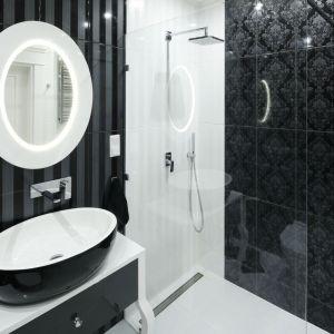 Piękna łazienka we francuskim klimacie z różnymi rodzajami płytek ceramicznych w monochromatycznych tonacjach obok siebie. Proj. Katarzyna Mikulska-Sękalska. Fot. Bartosz Jarosz