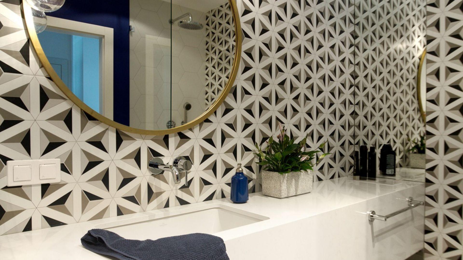 Ściany w tej łazience wieńczą bardzo wzorzyste płytki z geometrycznymi motywami. Proj. Soma Architekci. Fot. Soma Architekci
