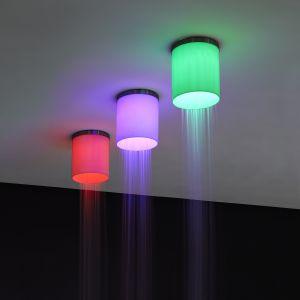Iride marki Antoniolupi wygląda jak kolorowe sufitowe oświetlenie punktowe. Prysznic poprowadzono wzdłuż obwodu produkty, a wewnątrz umieszczono oświetlenie LED. Fot. Antoniolupi