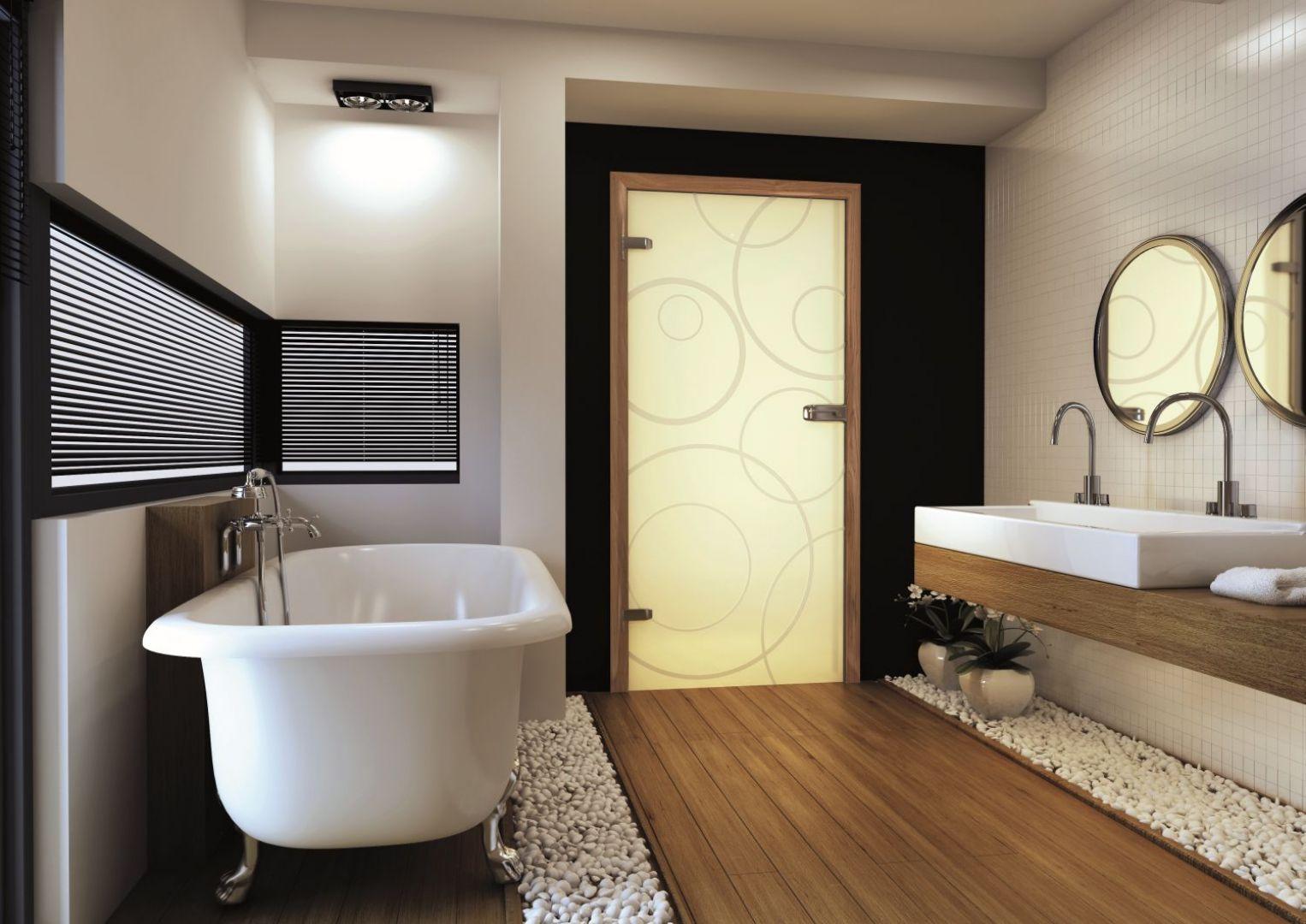 Drzwi do, często pozbawionej dostępu do naturalnego światła, często mają przeszklenia lub też są w całości szklane. Na zdjęciu drzwi Amber marki Invado. Fot. Invado