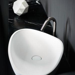 Nablatowa umywalka o asymetrycznej, oryginalnej formie Drop marki Agape. Fot. Agape