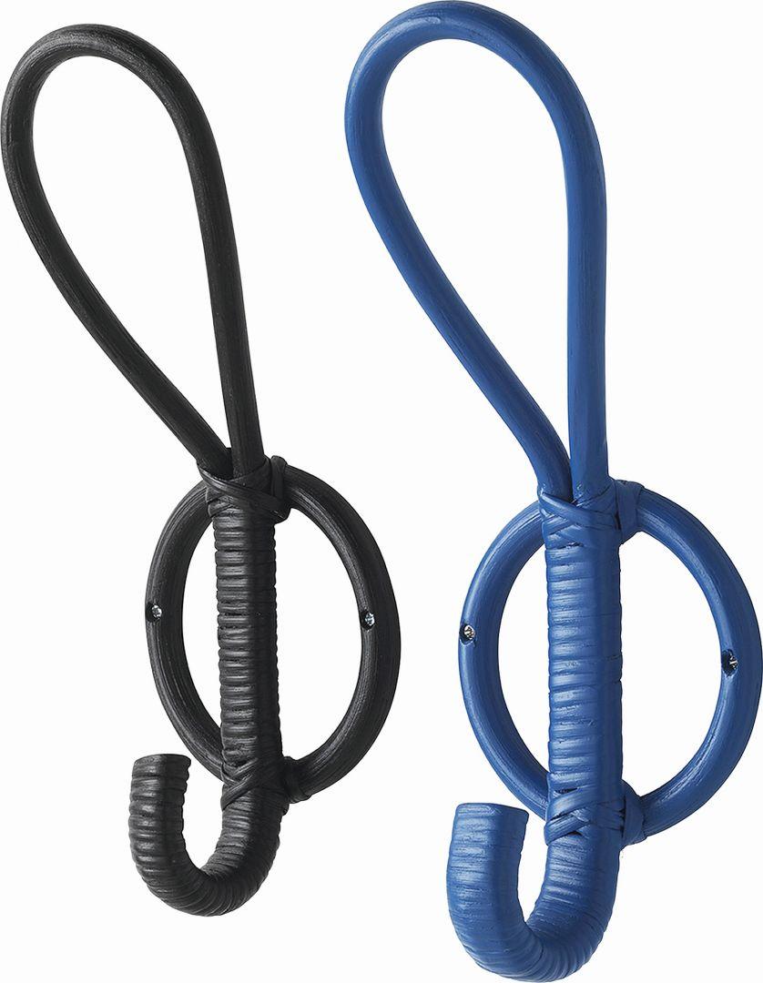 Kolorowe haczyki Avsiktlig w stylowym oplocie nawiązują do stylu marynarskiego. Fot. IKEA