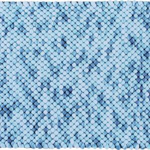 Dywanik Marble efektownie utkany z poliestru i bawełny, utrzymany w pięknej jasnoniebieskiej tonacji. Fot. Home&You