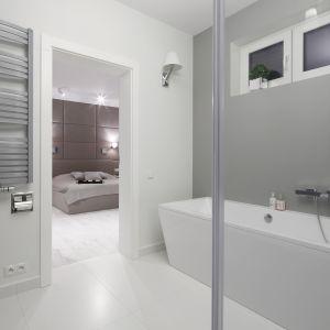 Szary grzejnik rurkowy kolorem współgra z tonacją panującą w całej łazience. Proj. łazienki: Maria Biegańska, Ewelina Pik. Fot. Bartosz Jarosz
