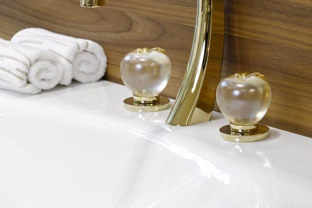 Mimo powszechnej mody na minimalizm, klasyczne łazienki mają stale wielu zwolenników. Wielbicielom tradycyjnej estetyki z pewnością do gustu przypadną baterie z dekoracyjnymi uchwytami.
