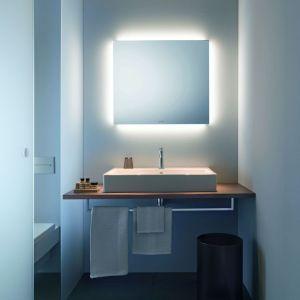 Model lustra łazienkowego w wersji Best firmy Duravit oferuje oświetlenie wokół lustrzanej tafli sterowane za pomocą ruchu ręki, przez włącznik sensorowy. Fot. Duravit