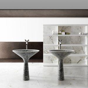 Zainspirowana kształtem kieliszka do popularnego drinka Martini Dry wolno stojąca umywalka Dry marki Kreoo. Fot. Kreoo