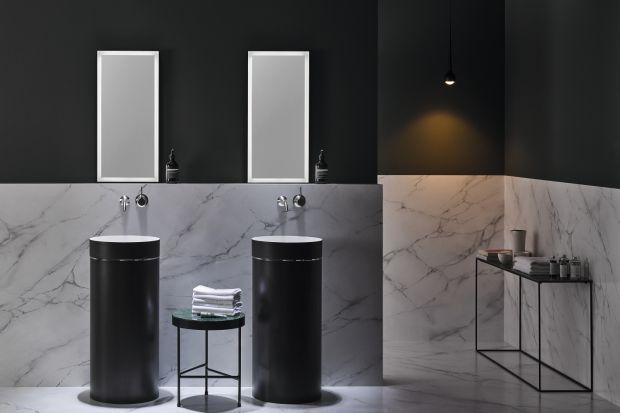 W eleganckich toaletach gościnnych i łazienkach urządzonych w konwencji salonu kąpielowego świetnie sprawdzą się wolno stojące umywalki.
