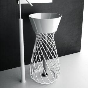 Efektowna wolno stojąca umywalka na ażurowym postumencie Wire marki Hidra. Fot. Hidra