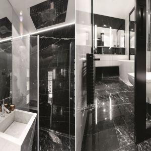 Podłogę w łazience wykończono pięknym, czarnym marmurem. Proj. Monika i Adam Bronikowscy. Fot. Bartosz Jarosz