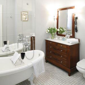 Podłoga w urządzonej w klasycznym stylu łazience to drobna, jednolita mozaika. Proj. Iwona Kurkowska. Fot. Bartosz Jarosz