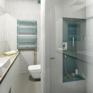 Podłoga w łazience w stylu loft została wykonana z żywic epoksydowych. Proj. Małgorzata Chabzda. Fot. Bartosz Jarosz
