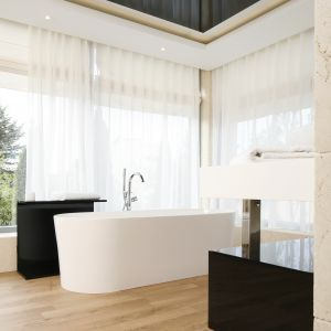 W urządzonej w konwencji luksusowego salonu kąpielowego łazience podłogę wieńczy naturalna drewniana deska. Proj. Agnieszka Hajdas-Obajtek. Fot. Bartosz Jarosz
