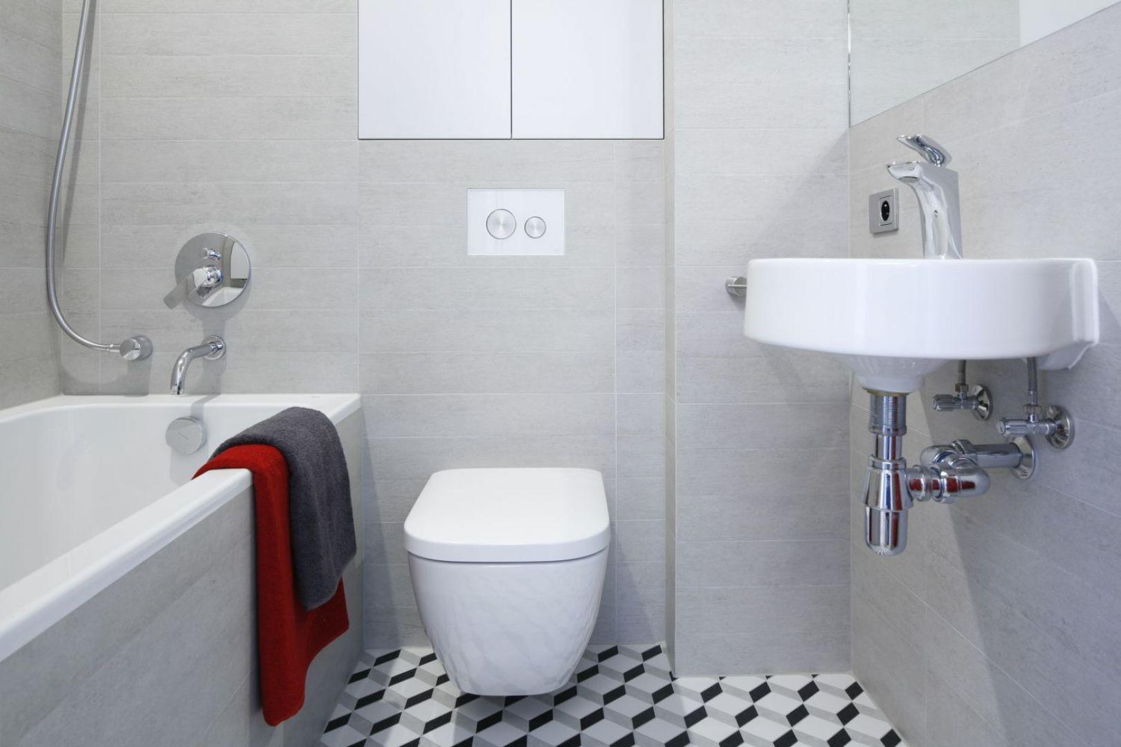 Wzorzyste płytki marki Tubądzin zdobią podłogą w szarej łazience, dodając jej aranżacji pazura. Proj. Małgorzata Łyszczarz. Fot. Bartosz Jarosz