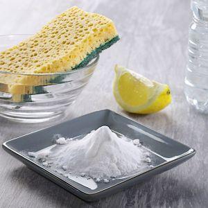 Czystość ceramiki sanitarnej pomogą utrzymać domowe sposoby. Niezawodny zestaw to ocet biały, cytryna i soda oczyszczona. Fot. Shutterstock/materiały prasowe Koło