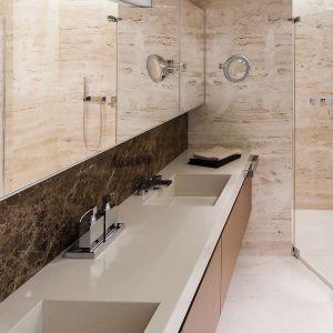 Blat z konglomeratu, w którym uformowano misy umywalek - podobne rozwiązanie często spotykamy w kuchniach. W łazience to mniej popularny, ale bardzo ciekawy zabieg. Proj. Anna Fodemska. Fot. Bartosz Jarosz