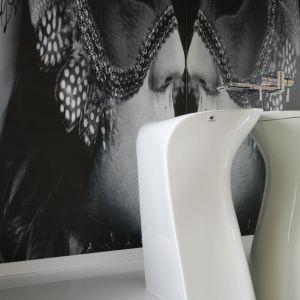Niezwykła wolno stojąca umywalka o miękkich kształtach wpisała się idealnie w tę elegancką, odważną aranżację łazienki. Proj. Katarzyna Mikulska-Sękalska. Fot. Bartosz Jarosz