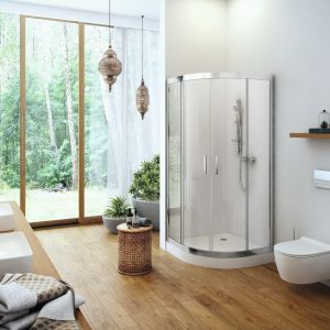 Aranżacja łazienki wpisująca się w trend na naturę we wnętrzach. Na zdjęciu półokrągła kabina prysznicowa Seria 201 wyposażona w klasyczne uchwyty; ze szkła z powłoką Clean Control ułatwiającą czyszczenie. Fot. Excellent