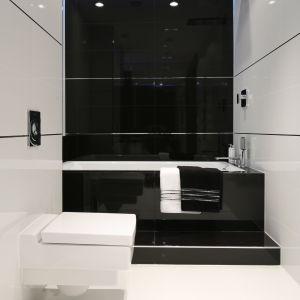 Czarno-biała łazienka projektu Anny Marii Sokołowskiej. Fot. Bartosz Jarosz