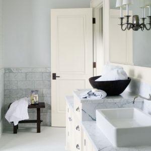 Ścianę w łazience pomalowano jasnoszarą farbą z kolekcji Aura firmy Benjamin Moore. Fot. Benjamin Moore