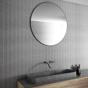 Elegancka tekstylna tapeta z kolekcji Raye firmy Glamora zdobi ścianę w łazience. Fot. Glamora